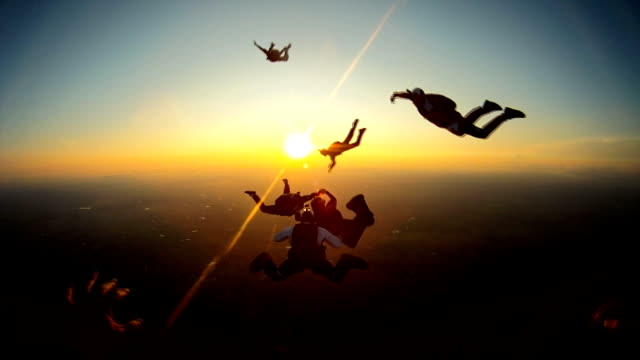 skydiving friends at the sunset - скайдайвинг стоковые видео и кадры b-roll