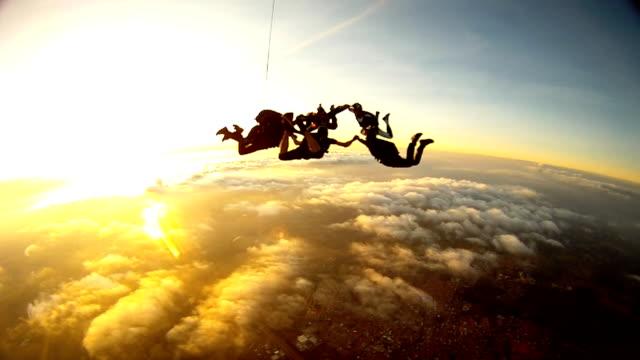 vídeos de stock e filmes b-roll de skydiving friends at the sunset - equipa desportiva