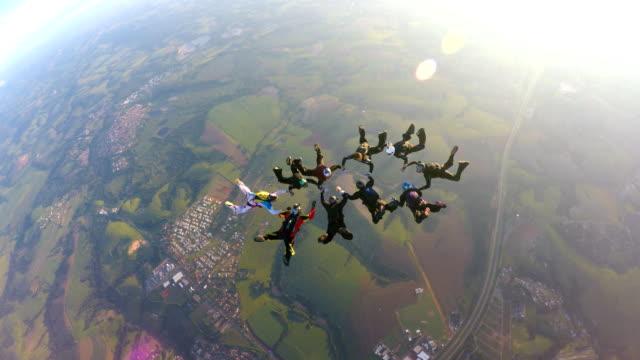 skydiving group performance - скайдайвинг стоковые видео и кадры b-roll