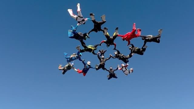 skydiving low angle view - скайдайвинг стоковые видео и кадры b-roll