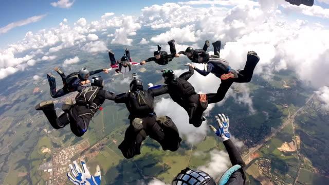 skydiving pov group - скайдайвинг стоковые видео и кадры b-roll