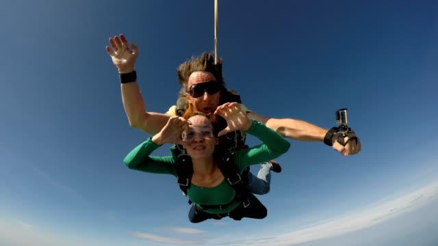 skydiving tandem in rio de janeiro 4k - скайдайвинг стоковые видео и кадры b-roll