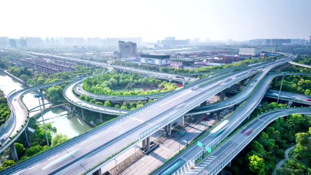 vidéos et rushes de toits de la ville et de la circulation sur route surélevée intersection durant la journée, le temps qui passe. - route surélevée