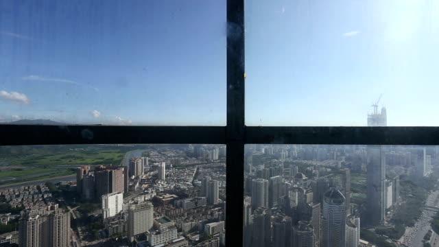 Skyline und modernen Bürogebäude in shenzhen, Blick vom Aufzug Zeitraffer. – Video