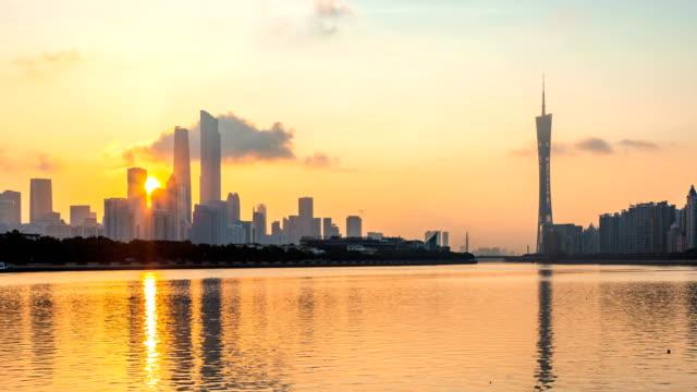 街並みと近代的なオフィスビルの広州の中で川の日の出、time lapse (低速度撮影) - 中国 広州市点の映像素材/bロール