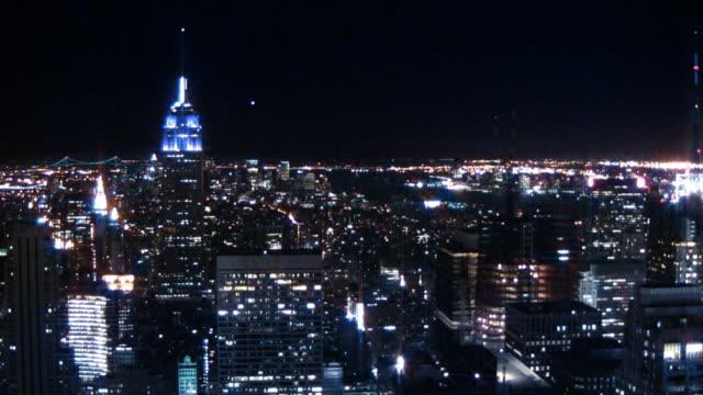 vídeos de stock e filmes b-roll de luzes da skyline cidade de nova iorque na noite - plano picado