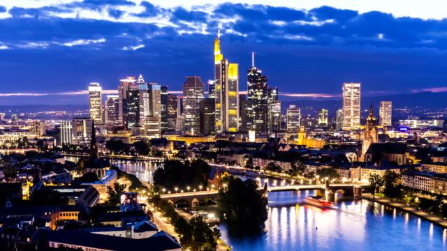 skyline frankfurt at sunset, time lapse - francoforte sul meno video stock e b–roll