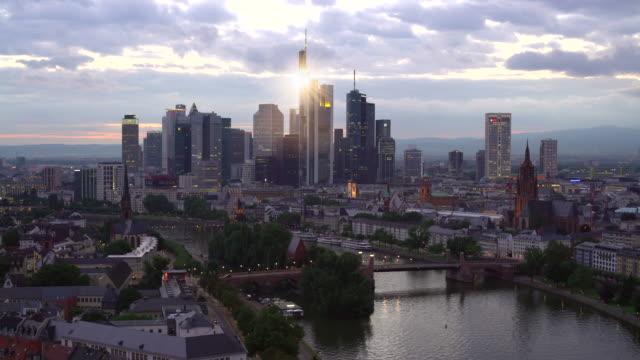 skyline frankfurt by sunset, real time - francoforte sul meno video stock e b–roll