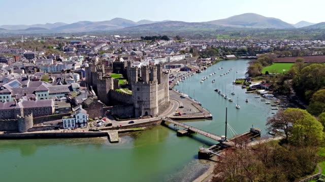 ウェールズ - イギリスのグウィネズ カーナーヴォンのスカイライン - 城点の映像素材/bロール