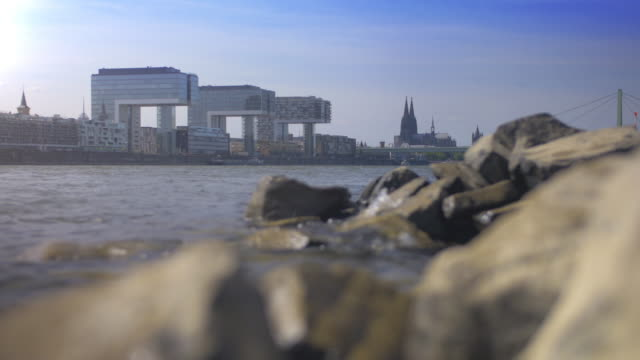 vídeos de stock e filmes b-roll de skyline of cologne with the river rhine and the dome - margem do rio