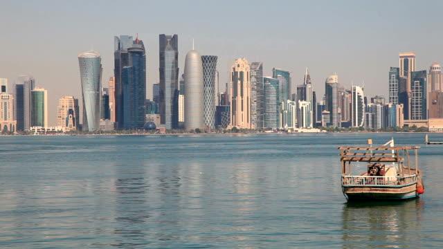 vidéos et rushes de panorama de doha, au qatar - doha