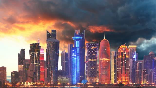 vidéos et rushes de horizon de la ville moderne de doha au qatar, moyen-orient - time lapse au coucher du soleil - doha