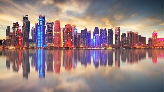 vidéos et rushes de ligne d'horizon de la ville moderne de doha au qatar, moyen-orient - laps de temps au coucher du soleil - doha