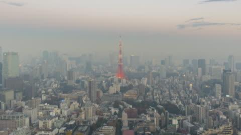 vidéos et rushes de horizon de tokyo pendant le laps de temps de crépuscule - ciel couvert