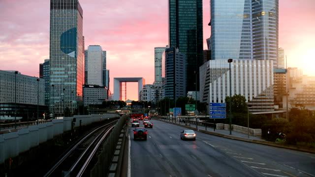 stockvideo's en b-roll-footage met skyline paris la defense bij zonsondergang - financieel district