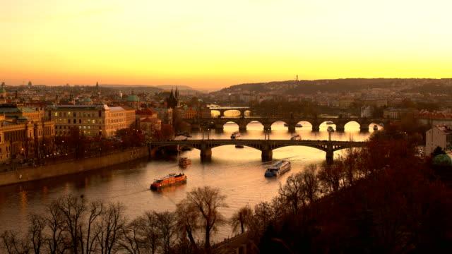 夕日橋でスカイライン プラハ - チェコ共和国点の映像素材/bロール