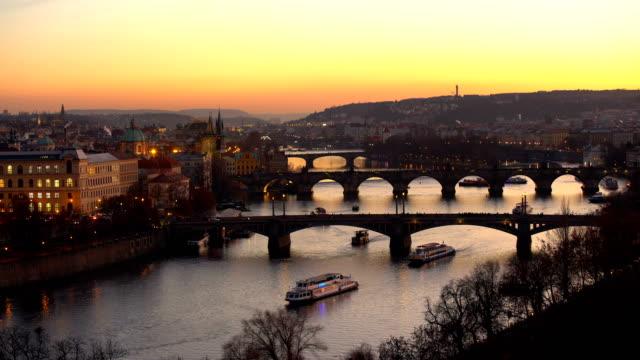 vidéos et rushes de skyline prague avec ponts au coucher du soleil - prague
