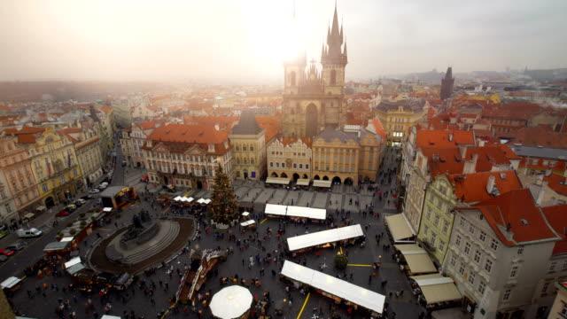 vidéos et rushes de skyline prague avec marché de noël - prague
