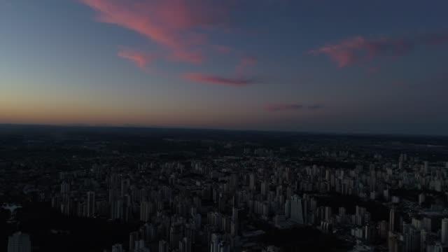 vídeos de stock e filmes b-roll de skyline with a sunset in goiânia, goiás - linha do horizonte sobre terra