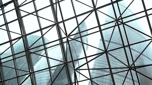 grattacielo vista attraverso il soffitto in vetro - soffitto video stock e b–roll