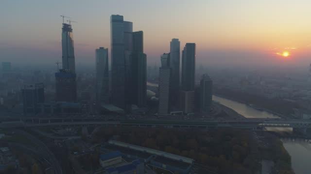 skyskrapor i moskva city business center och stadens silhuett på misty sunrise. ryssland. flygfoto - moskva bildbanksvideor och videomaterial från bakom kulisserna