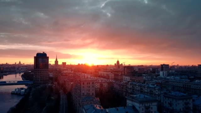 vídeos de stock, filmes e b-roll de horizonte de arranha-céus ao pôr-do-sol - rússia