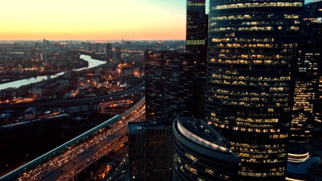 wolkenkratzer skyline bei sonnenuntergang - moskau stock-videos und b-roll-filmmaterial
