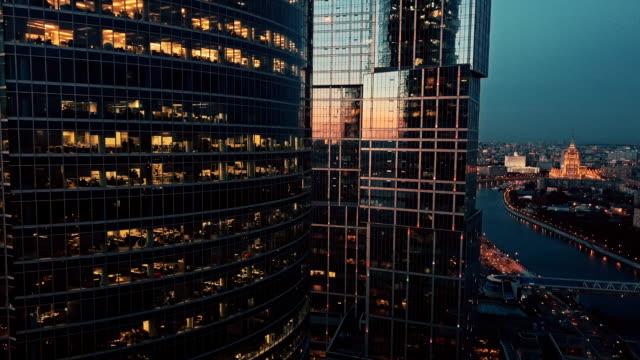stockvideo's en b-roll-footage met de skyline van de wolkenkrabbers bij zonsondergang - financieel district