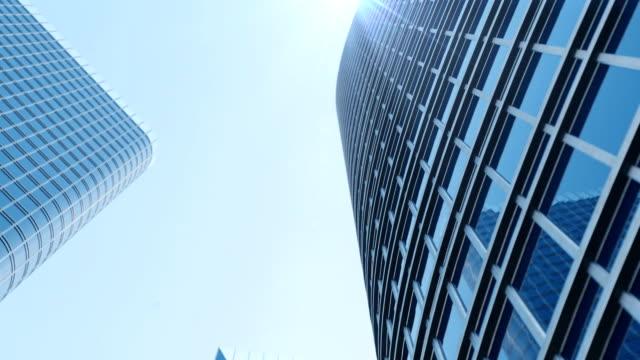 stockvideo's en b-roll-footage met wolkenkrabbers met blauw glas, hoge stijgen gebouw, wolkenkrabbers, bedrijfsconcept van succesvolle industriële architectuur. opwaartse beweging. 3d animatie - lang fysieke beschrijving
