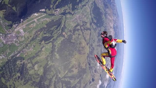 skysurfing above alps - скайдайвинг стоковые видео и кадры b-roll