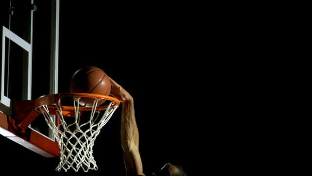 stockvideo's en b-roll-footage met slam dunk (super slow motion) - basketbal teamsport