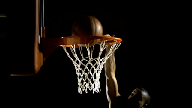 stockvideo's en b-roll-footage met slam dunk with one hand (super slow motion) - basketbal teamsport