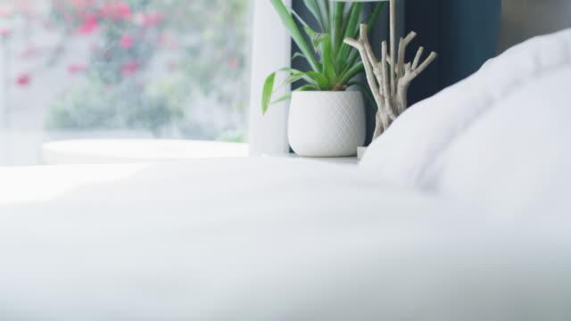 sov gott och har söta drömmar - duntäcke bildbanksvideor och videomaterial från bakom kulisserna