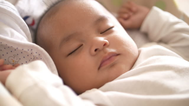 vídeos y material grabado en eventos de stock de slo mo dormir bebé en casa - dormir