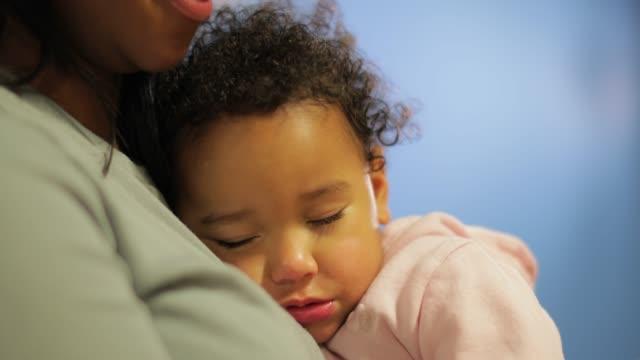 schlafenden baby mädchen kuscheln in ihrer mutter - 2 3 jahre stock-videos und b-roll-filmmaterial