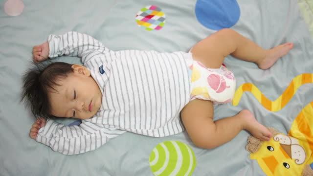 sovande baby - baby sleeping bildbanksvideor och videomaterial från bakom kulisserna