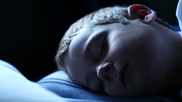 ragazzo dormire - solo un bambino maschio video stock e b–roll