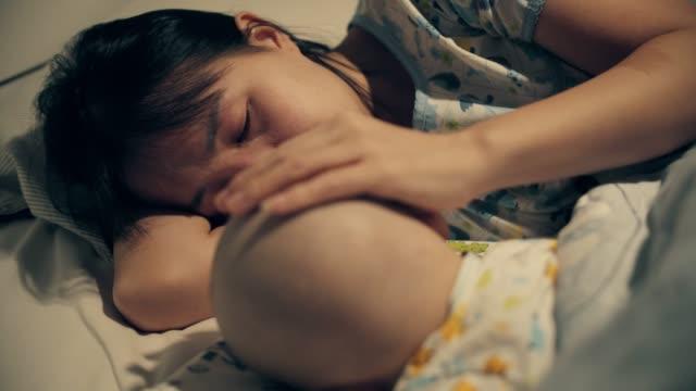 Enfant endormi avec le cancer - Vidéo