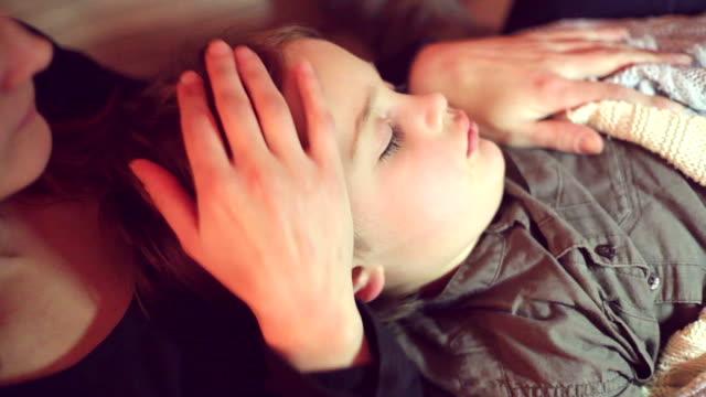 dormire per le braccia della madre - genitore unico video stock e b–roll