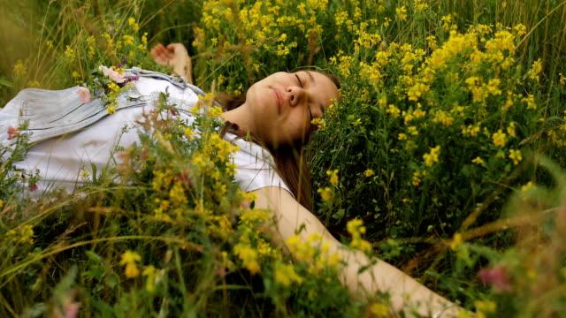 vídeos y material grabado en eventos de stock de joven durmiendo con flores en el bolsillo - acostado