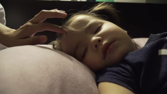 sleepy mädchen - kleinstkind stock-videos und b-roll-filmmaterial