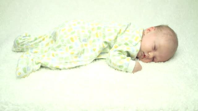 sleepy newborn - ligga på mage bildbanksvideor och videomaterial från bakom kulisserna