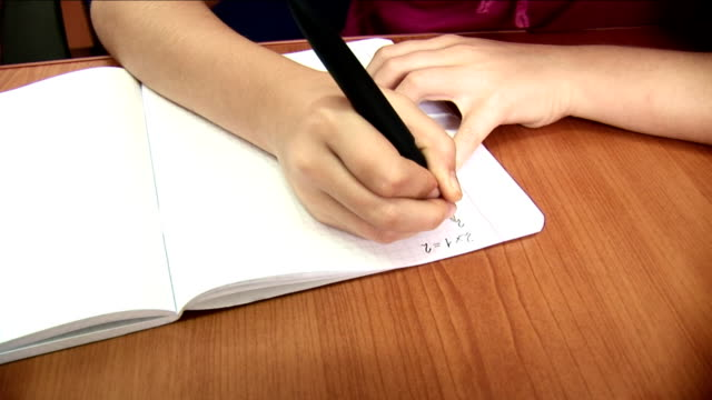 Sleepy-school-Mädchen Schreiben einem copybook-HD – Video