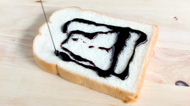 vídeos de stock e filmes b-roll de fatia de pão com creme de chocolate. - teobroma