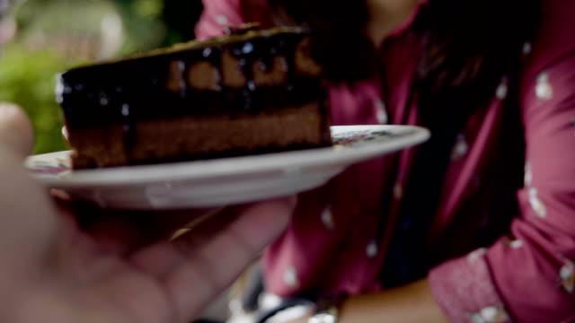 pov: ein stück schokoladenkuchen - scheibe portion stock-videos und b-roll-filmmaterial