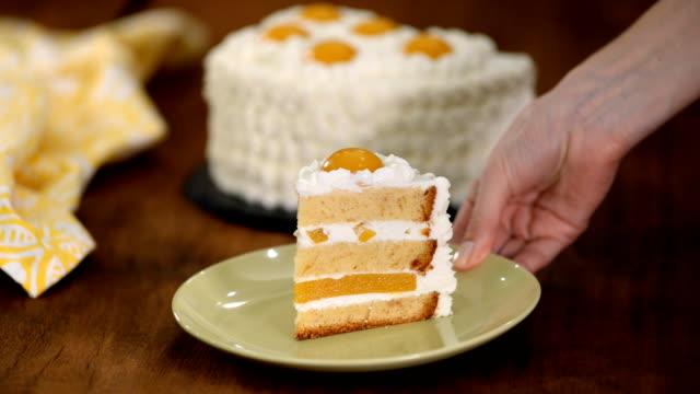 şeftali ve peynirli krema ile taze kek dilim. - kek dilimi stok videoları ve detay görüntü çekimi
