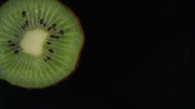 bit av kiwifrukt faller i slow motion - kiwifrukt bildbanksvideor och videomaterial från bakom kulisserna
