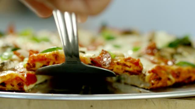 vídeos y material grabado en eventos de stock de rebanada de pizza - pimiento verde