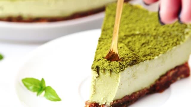 beyaz tabakta çiğ vegan matcha kek dilim - kek dilimi stok videoları ve detay görüntü çekimi