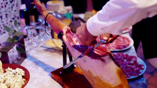 Slice the ham slices on a banquet video